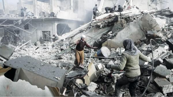 Deux sœurs syriennes courent à travers des ruines pour s'embrasser après avoir réalisé qu'elles avaient survécu à une frappe aérienne dans la Ghouta orientale tenue par les rebelles