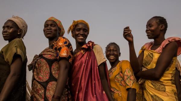 Des femmes font la queue pour une distribution alimentaire mensuelle sur le site de Protection of Civilians à Bentiu, au Sud-Soudan