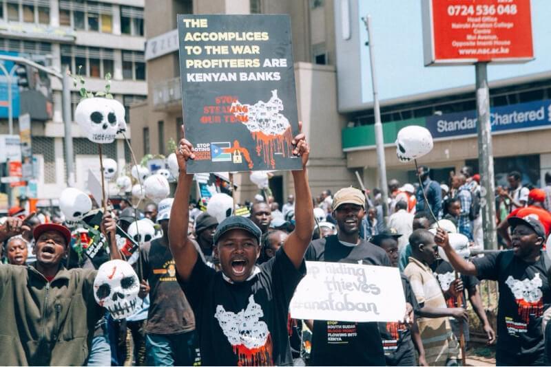 Des centaines de manifestants sont descendus dans les rues de Nairobi en octobre 2018 pour exiger que les banques kenyanes mettent fin au pillage du Sud Soudan