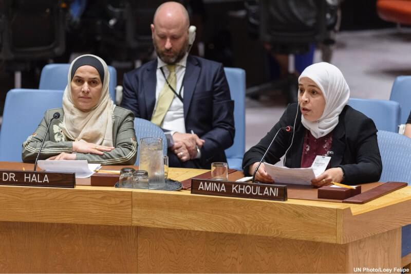 Hala Al Ghawai et Amina Khoulani s'adressant au Conseil de sécurité de l'ONU. Derrière eux se trouve Gareth Sweeney, directeur Nations Unies de Crisis Action