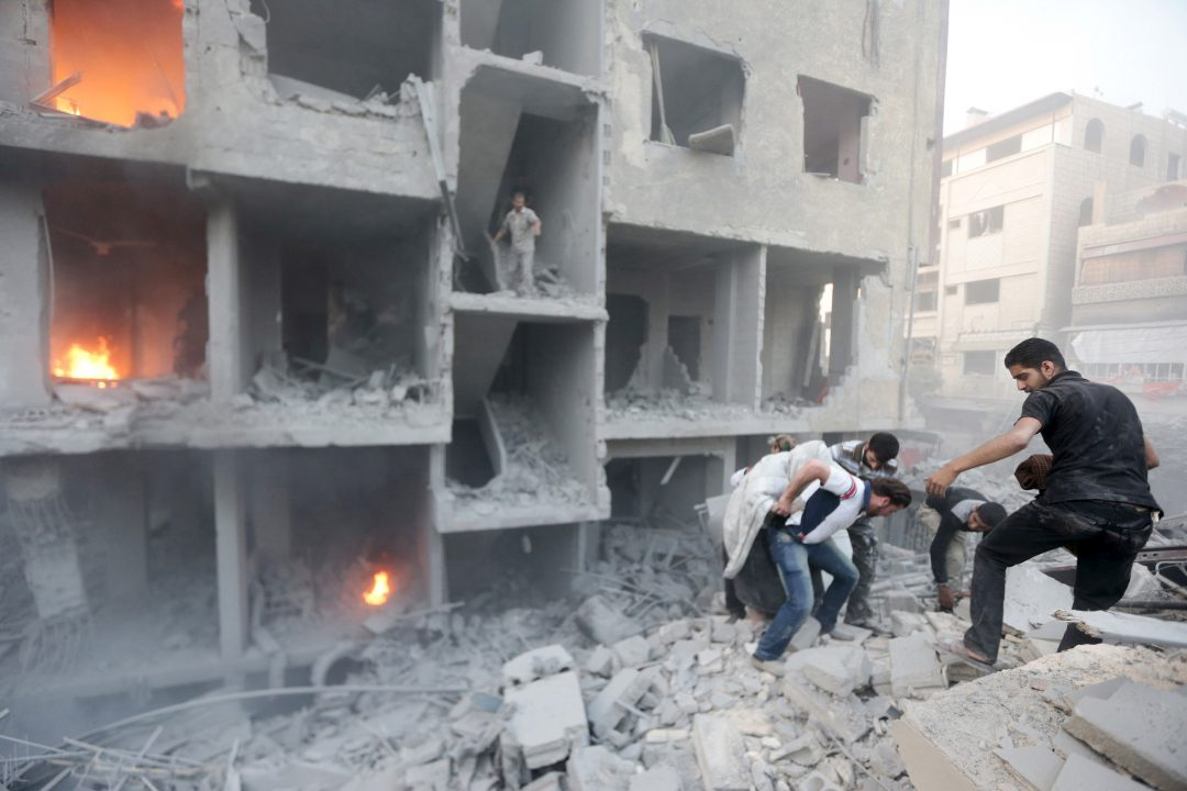 Men search for survivors at a site hit by what activists said was heavy shelling by forces loyal to Syria's President Bashar al-Assad in the Douma neighborhood of Damascus June 16, 2015. REUTERS/Bassam Khabieh - RTX1GSXQ